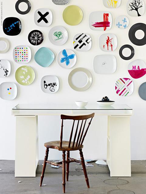 Polcok asztallábként plusz ráadás: festett tányérok fali díszént.
