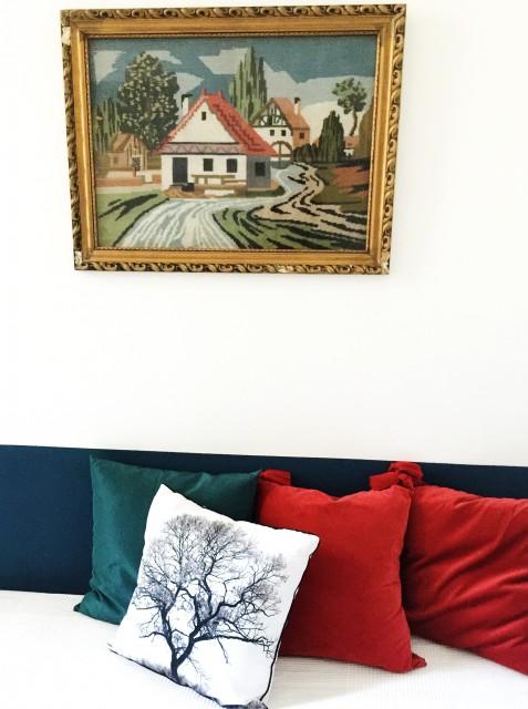 A kisebbik hálószobába is próbáltam meghittséget csempészni. A kép a falon az előző tulajdonostól van. Szuperretró, szupermenő!