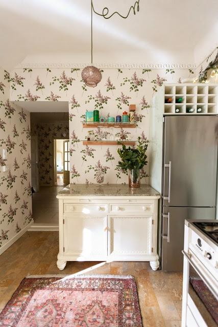 Kicsiház konyha a régi tálalószekrénnyel