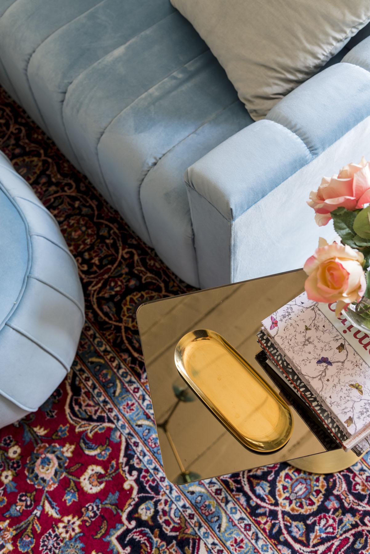 Az asztalka Tom Dixon Flash Table, egy bécsi kirándulásunkon szerettünk bele és azonnal megvettük. A tálka pedig HAY.
