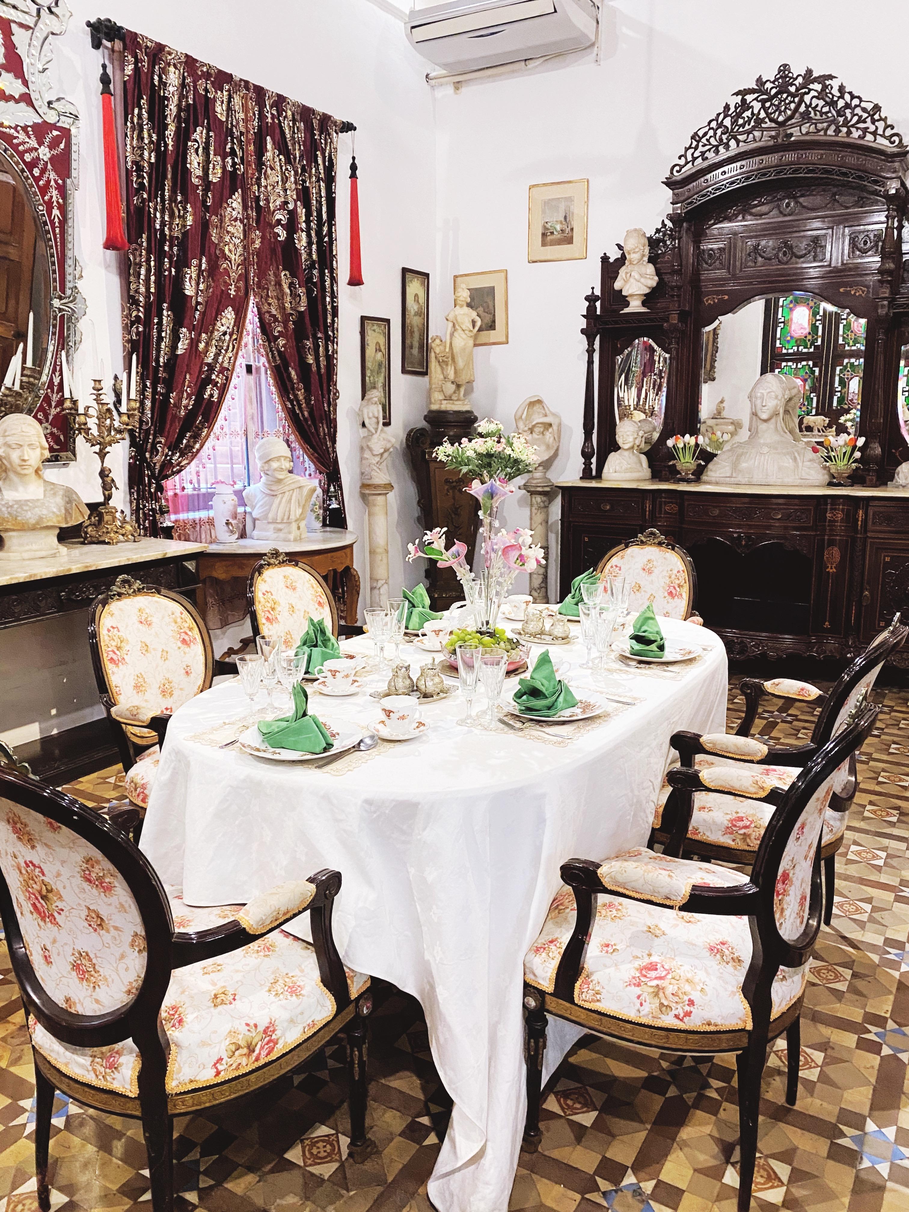 Igazi kincsekkel terített étkezőasztal
