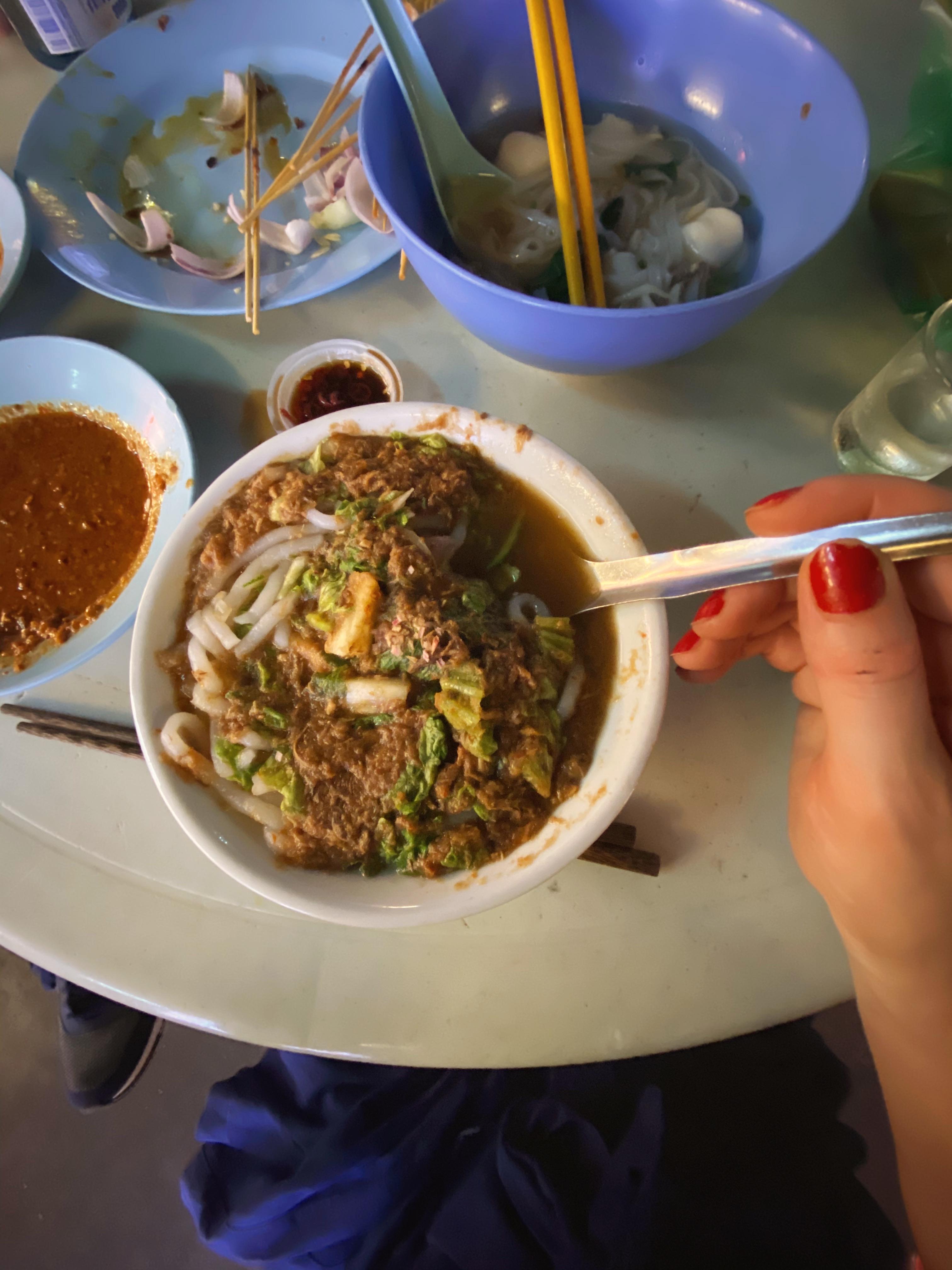 Assam Laksa: sűrű halas lé tésztával, sok korianderrel