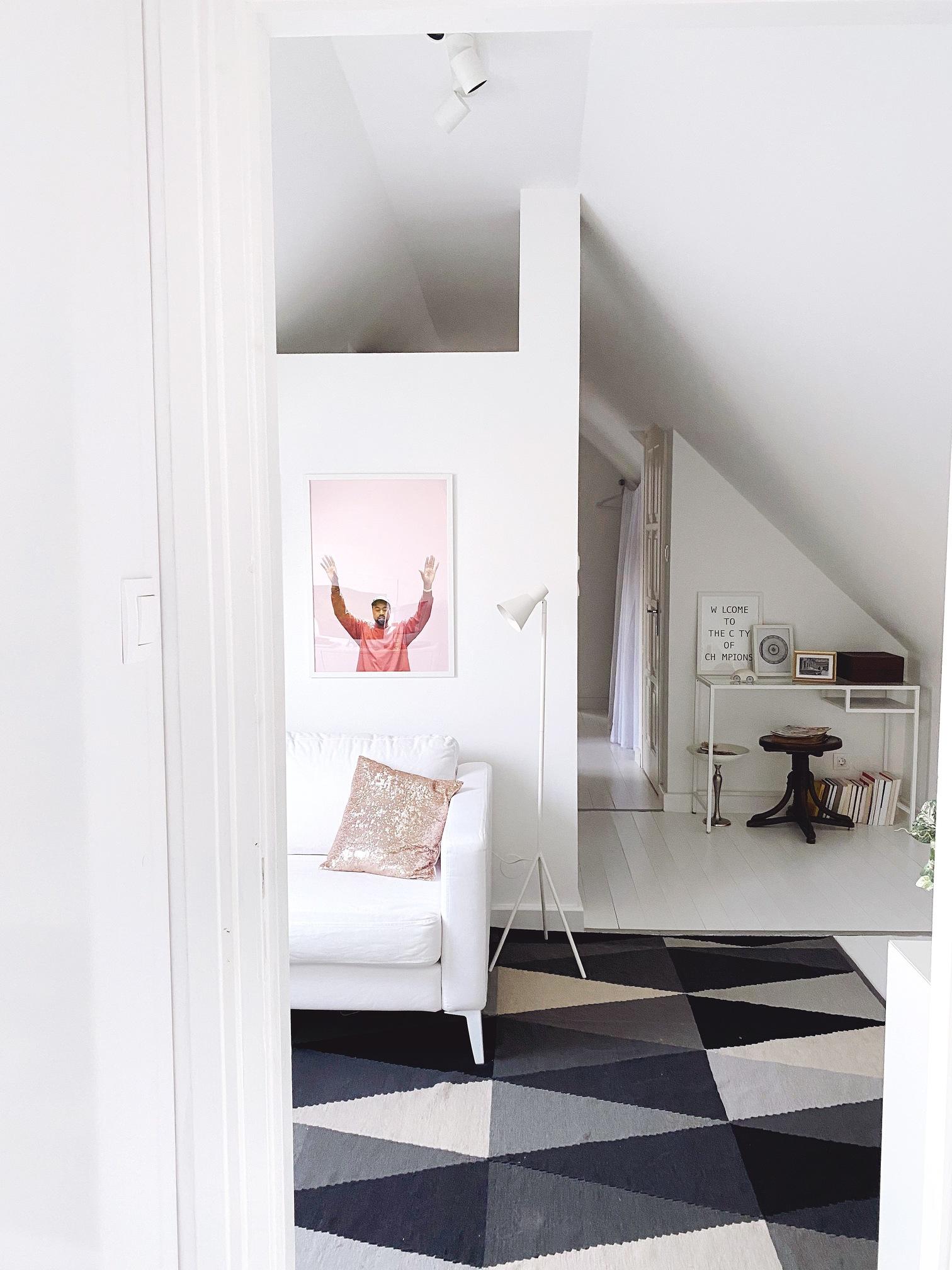 """Közös """"nappali"""" a folyosó végén a másik gyerek szobájával, a """"mosókonyhát"""" függöny takarja"""